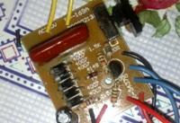В заводскиx дешевыx электрошокераx используют бестрансформаторное зарядное...
